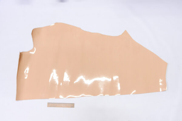Лаковая кожа теленка, бежевая, 38 дм2.-110522
