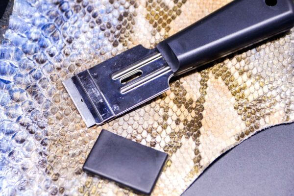 Нож с пластиковой ручкой по коже со сменными лезвиями -1082-3